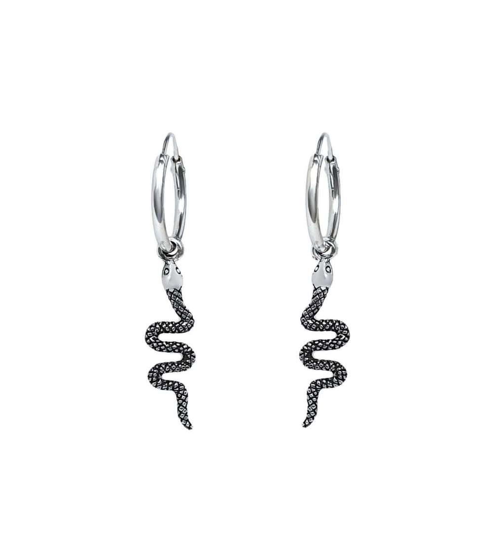 Un par de aros de plata con colgante de serpiente