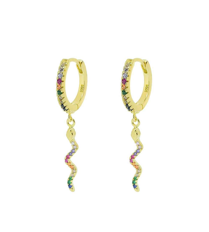 Un par de pendientes de aro con serpiente color